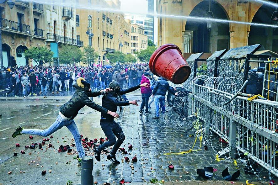 ■反政府示威者上周六在貝魯特國會大樓附近與 防暴警察爆發衝突。  美聯社