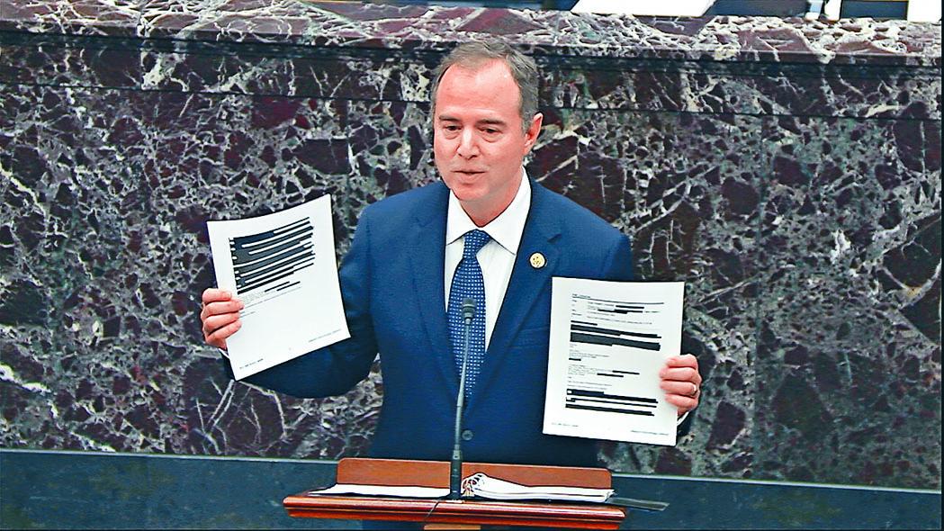 美眾院彈劾經理希夫周三在參議院發言時,展示部分內容被塗黑的文件。 美聯社