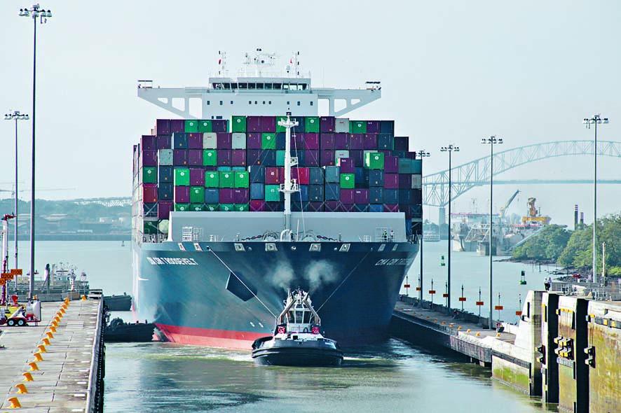 一艘貨船一七年通過巴拿馬運河。