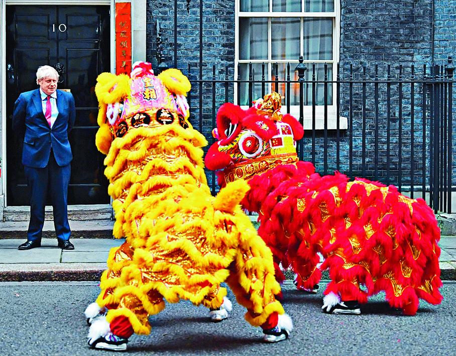 約翰遜於農曆除夕在唐寧街十號接待華人社群,開心看舞獅。 法新社