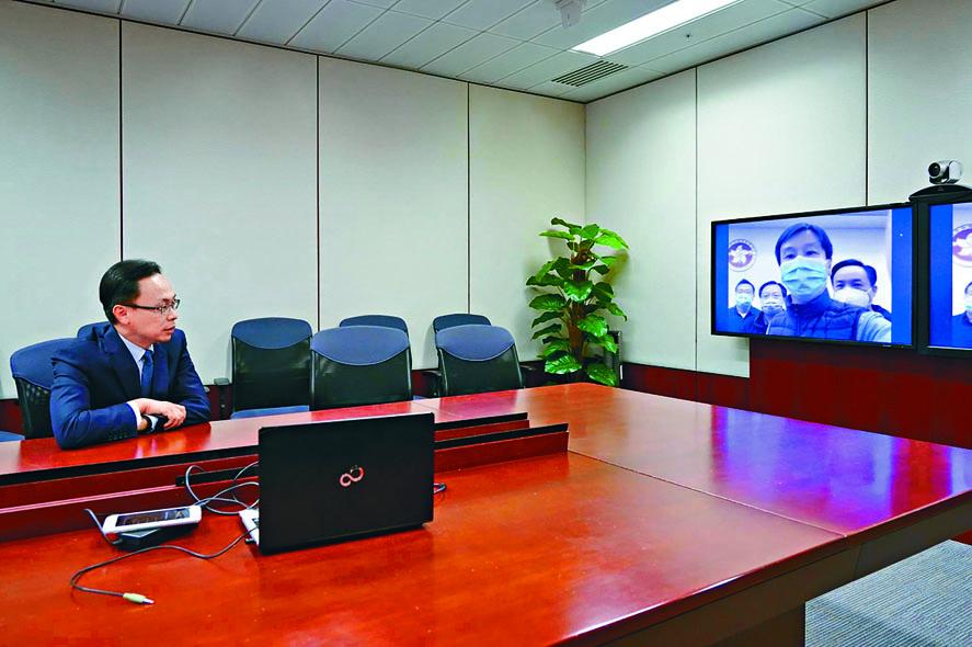 聶德權透過視像,向政府駐武漢經貿辦人員了解當地情況。