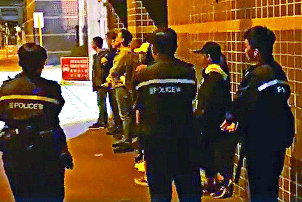 警方截查及拘捕涉嫌貼連儂牆的八名男女。
