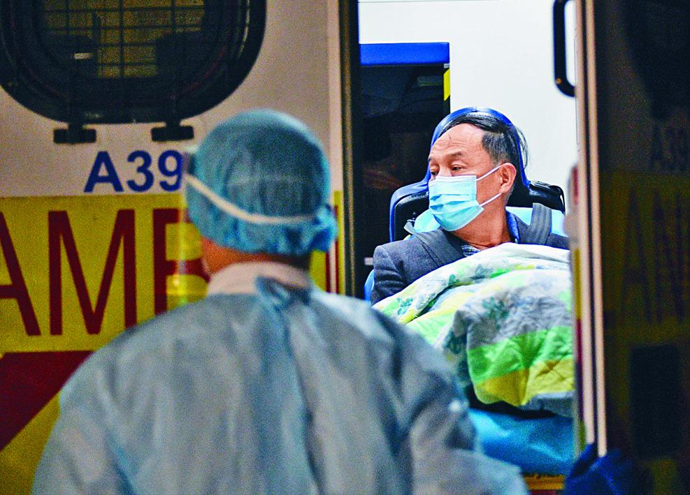 高鐵香港西九龍總站加強措施預防武漢肺炎,不少職員及乘客均佩戴口罩。