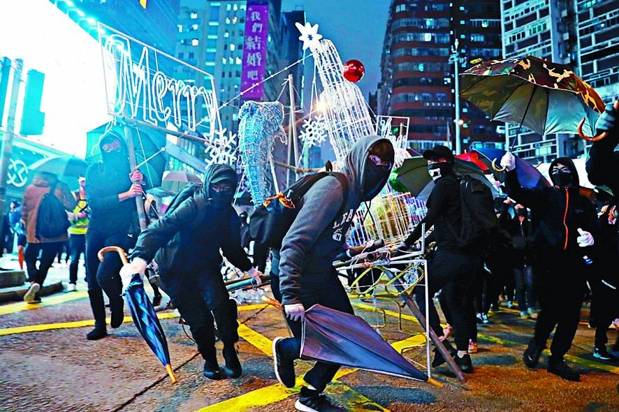 示威者曾在多區進行堵路及破壞。