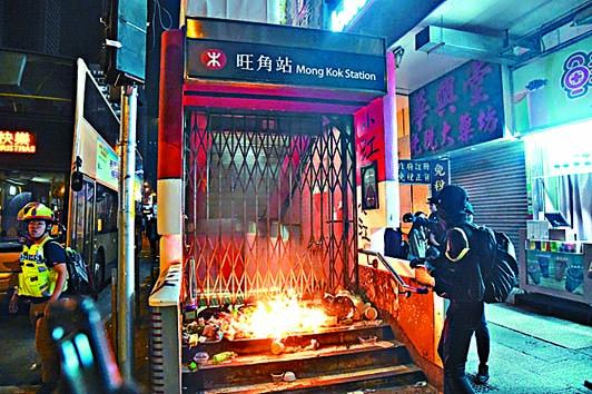 「黑衣人」連月來在街頭縱火破壞,港鐵屢成攻擊目標。
