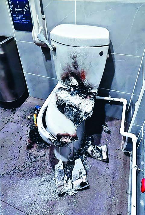 佐敦佐治五世公園殘廁土製炸彈爆炸,馬桶被炸毀及燒焦。
