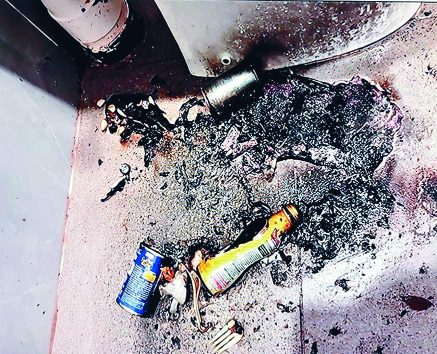 殘廁爆炸現場地上遺下罐頭及玻璃樽。