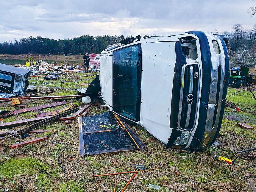 全國多處受到極端天氣侵襲,路易斯安那州有汽車被風吹翻倒,一對老夫婦死亡。美聯社