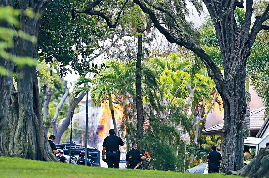 ■夏威夷發生槍擊案,被驅趕租客砍傷房東後,警方接報到場救援時兩人中槍殉職。兇手其後縱火自焚,火勢蔓延到其他建築物。  美聯社