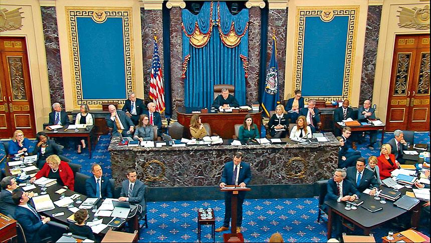參議院展開總統特朗普彈劾審訊,首先辯論由多數黨領袖麥康諾提出的審訊規程,經13小時馬拉松式辯論後,最終以53票贊成、47票反對,通過規程。    美聯社