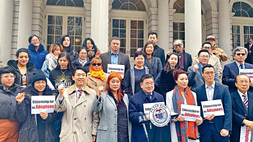 顧雅明和一些被領養者在市府門前宣分提交決議案。