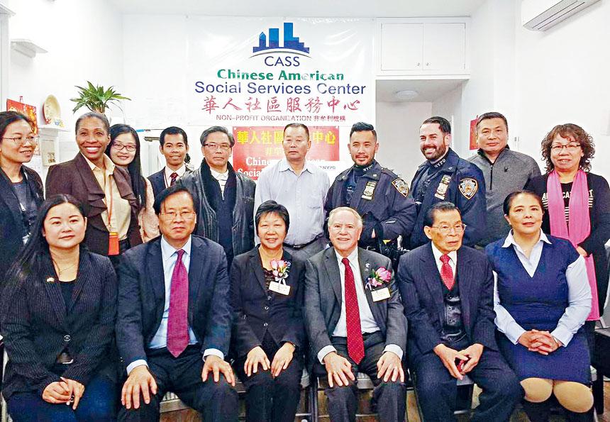 議員,警員等參加了會議向僑胞們拜早年。