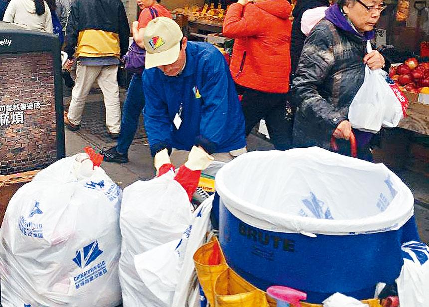 華埠商改區清潔工人在工作中。