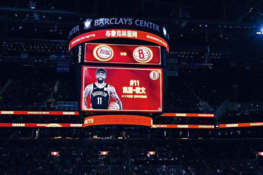 現場主播用中文介紹主隊球員。  布碌崙籃網隊提供