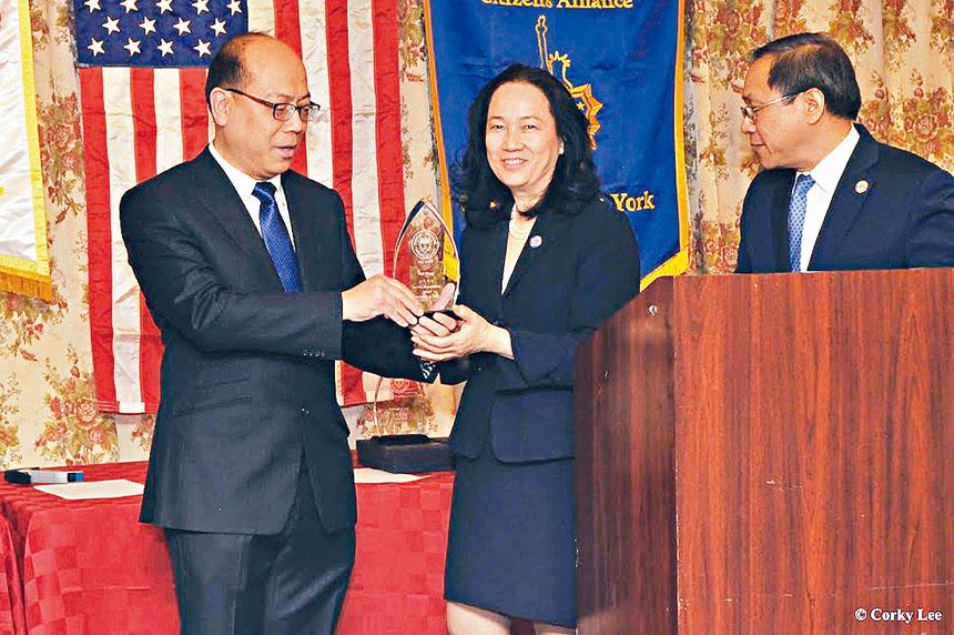 黃友興全力捍衛華人教育權益,去年獲紐約同源會的表揚。