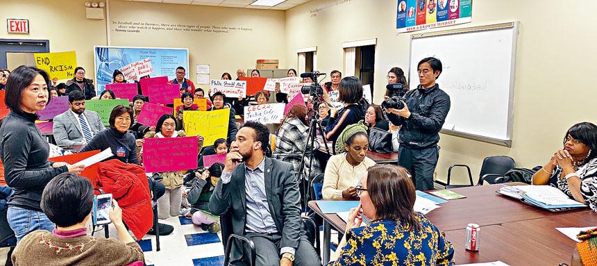 民眾於此前抗議中反對科迪(右一)涉對亞裔歧視言論。張之銘攝