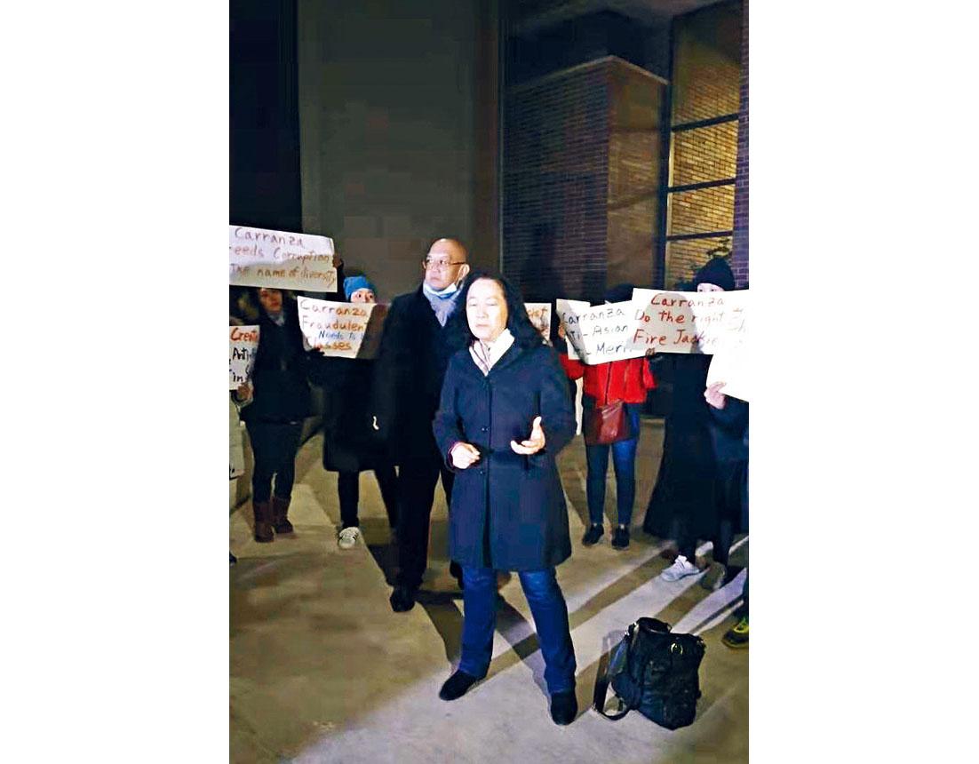 教育政策例會前家長集結在柏松高中前手舉標語抗議。