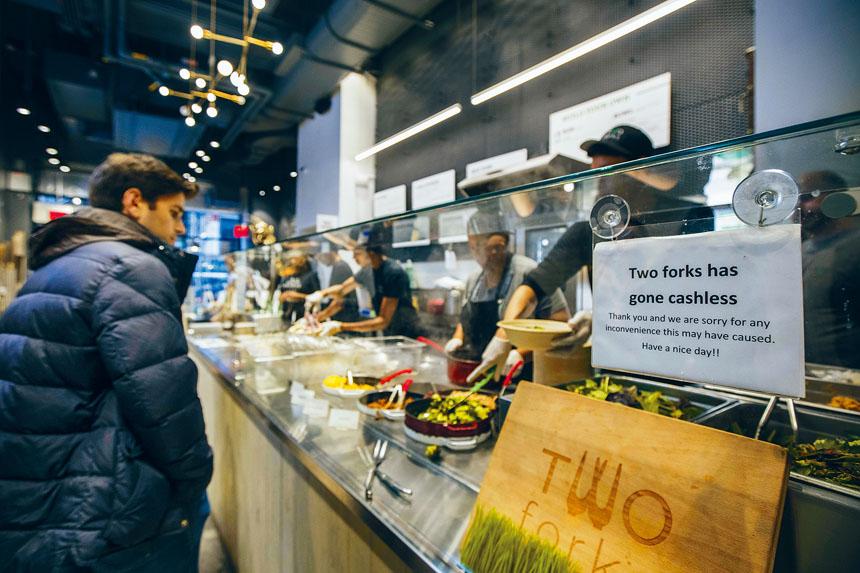 餐廳Two Forks曾拒收現金,但在2017年停止一做法。Hiroko Masuike/紐約時報