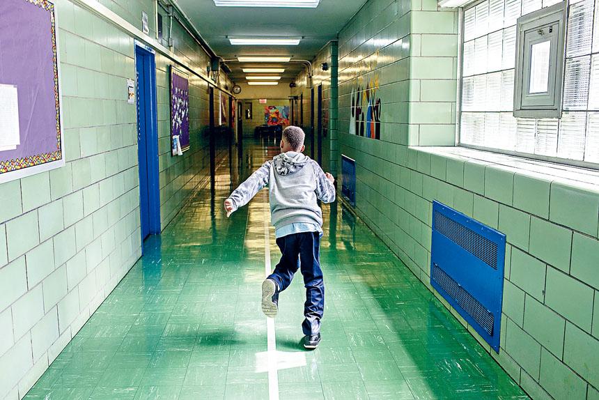 上學年約有3.3萬學生被罰停課,較5年前大減四成。Brittainy Newman/紐約時報