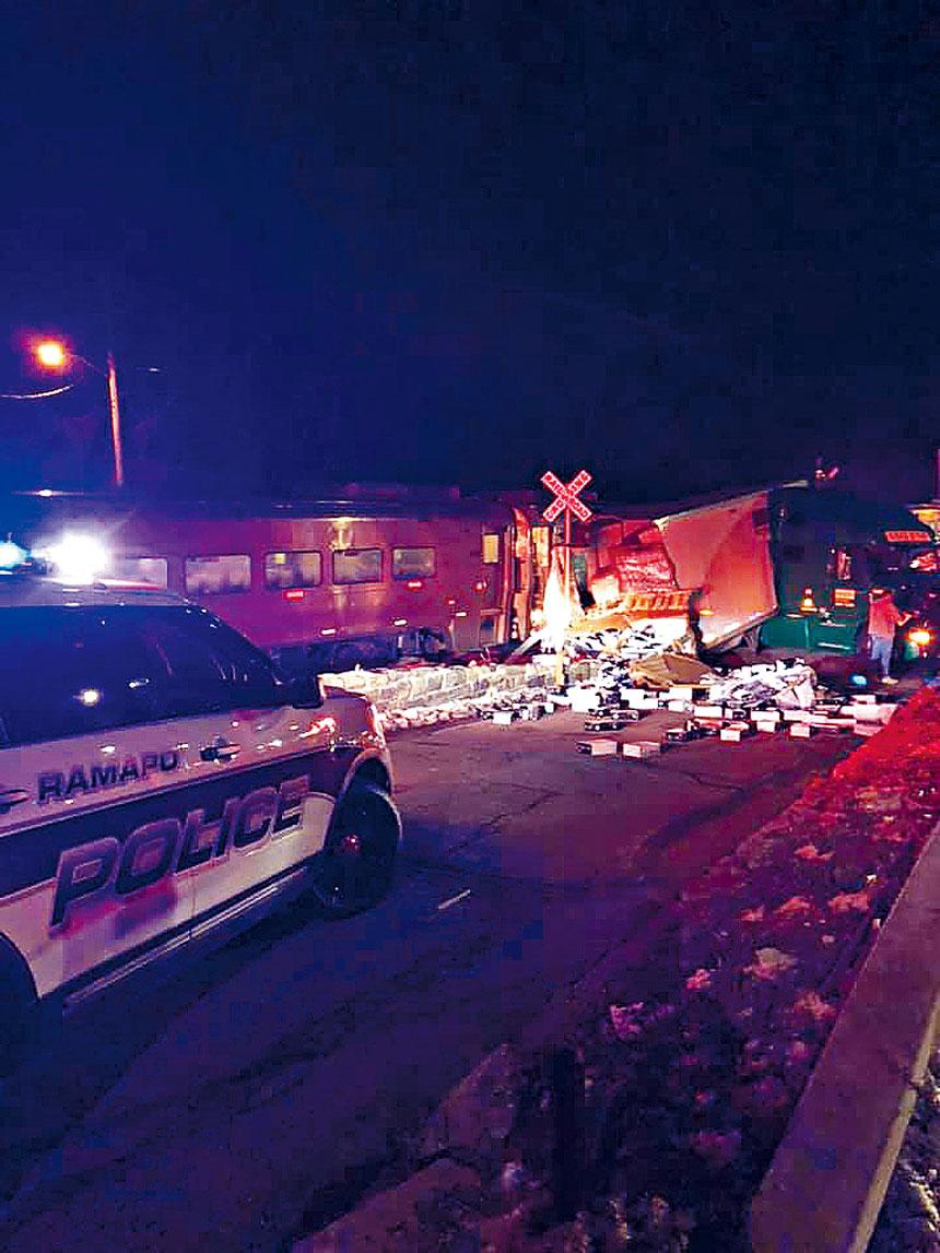 從照片可見事故現場一片混亂,貨物散落一地。Ramapo鎮警務處圖片