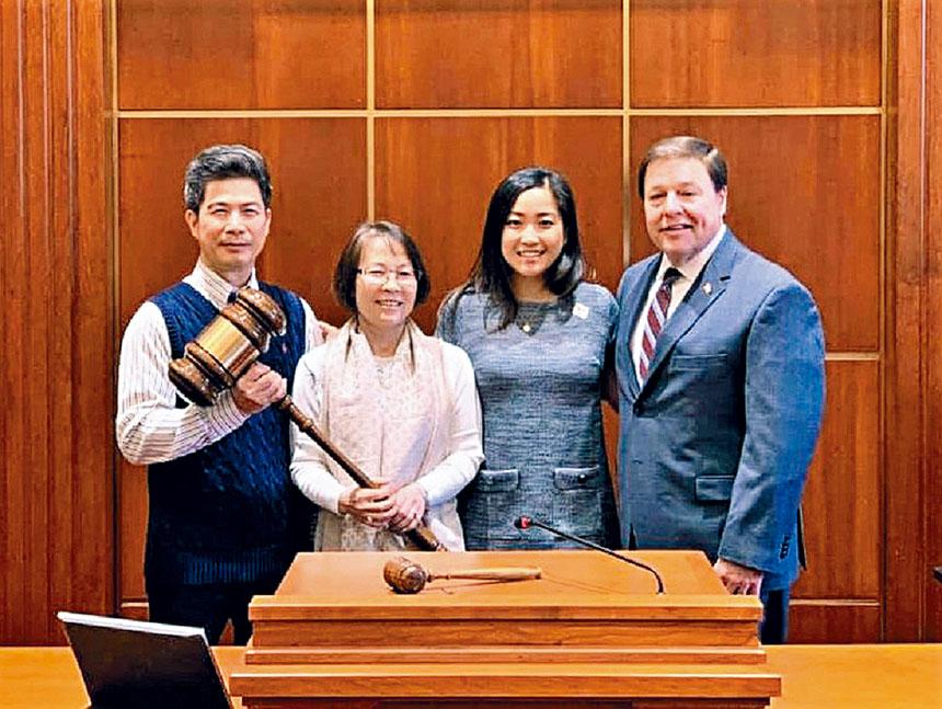 (右起)市長柯奇、梁秀婷以及她的父母合影。    來自推特