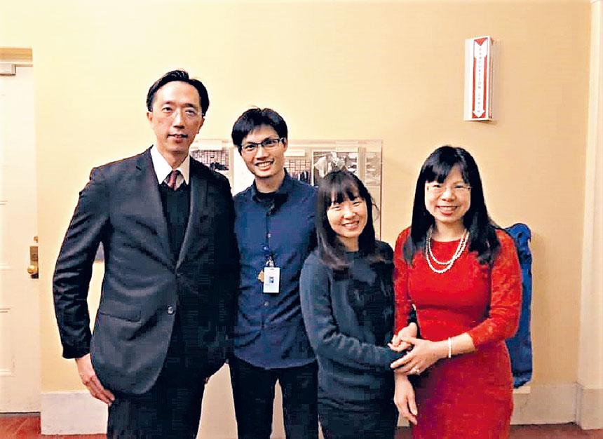 張宇安(左二)同徐處長(左一)、徐夫人(右一)在波士頓交響廳合影。檔案圖片