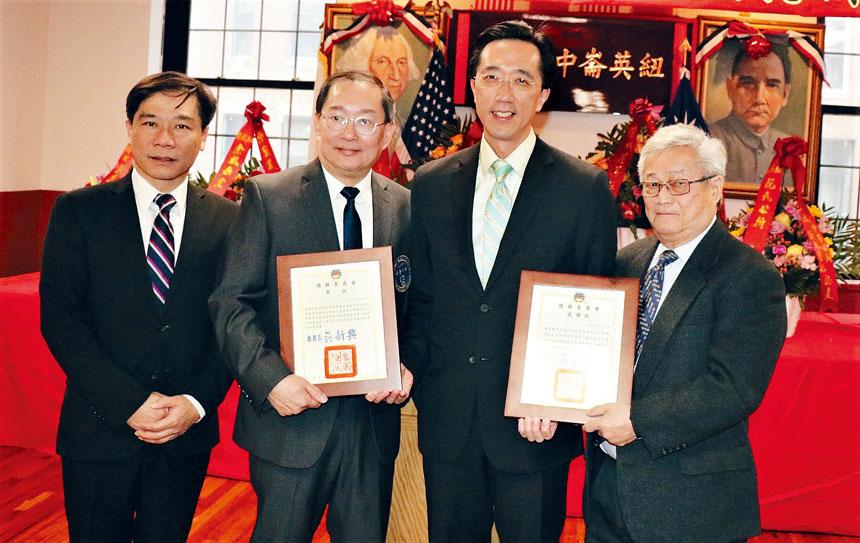 (左起)歐宏偉、鄭慧民、徐佑典、陳家驊在頒獎儀式中。