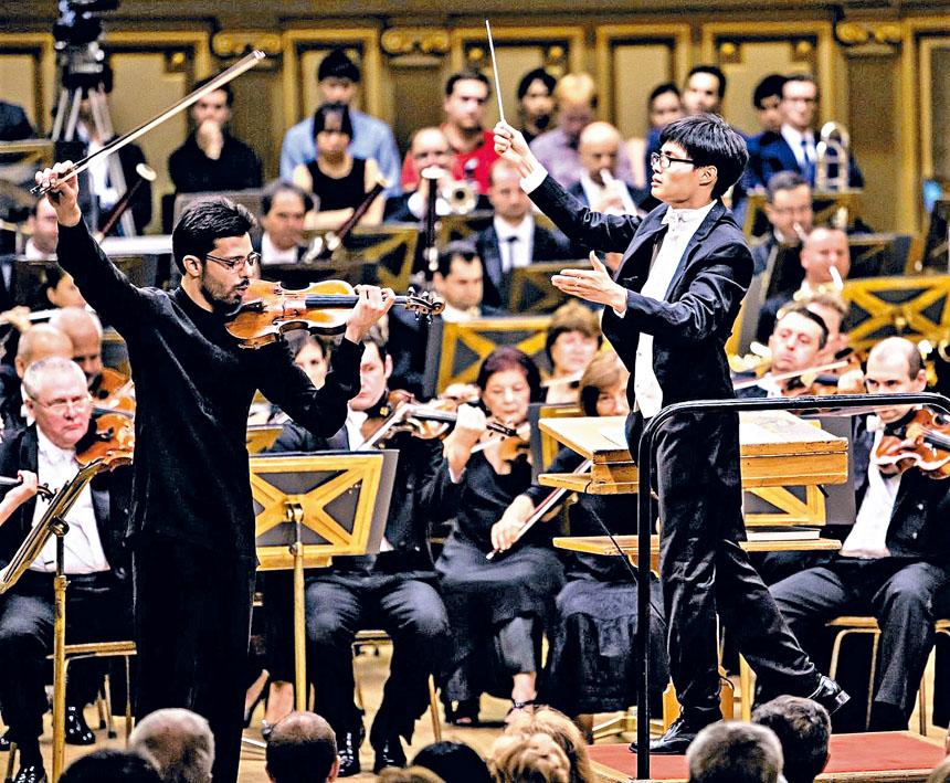青年指揮家張宇安在演出中。