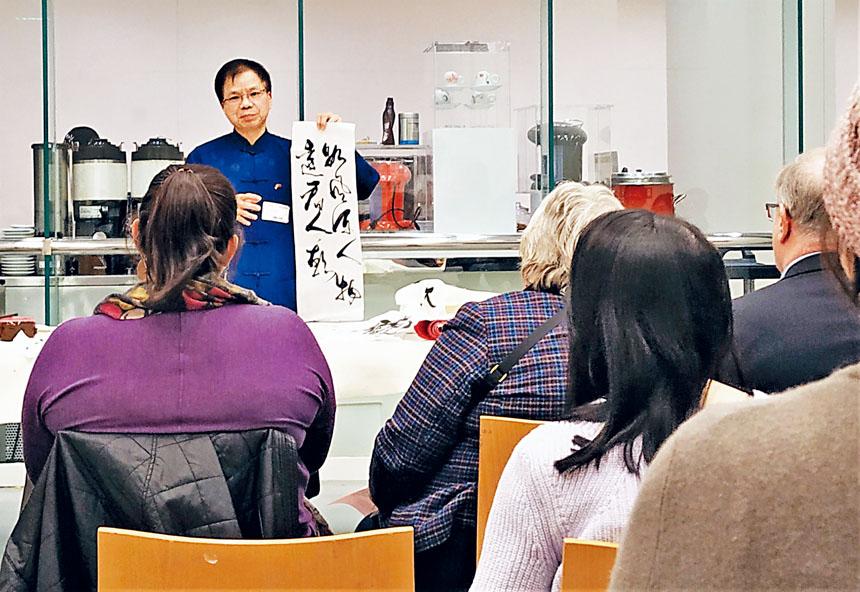 梅宇國做中國書法展示。李强攝