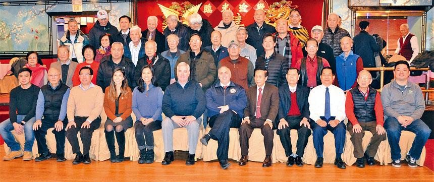 (前排左二起)伍輝民、伍煥華、許麗莎、吳弭、弗萊厄蒂、費連、黃官羨、黃漢湖等合影。黃鉄鎰攝