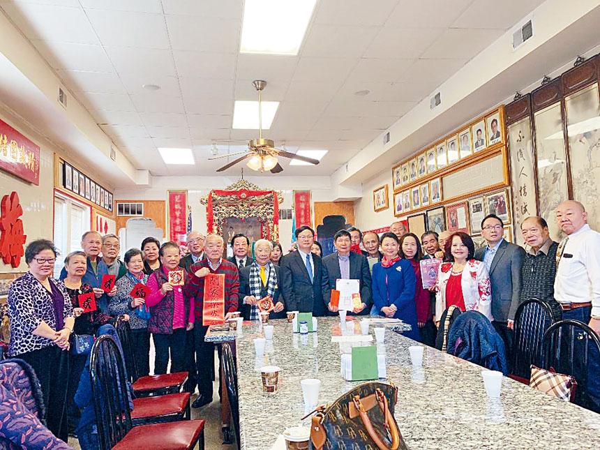 梅氏總公所枝葉茂盛,人才輩出,宗親們歡迎台北經文處辦事處的元旦送祝福。 梁敏育攝