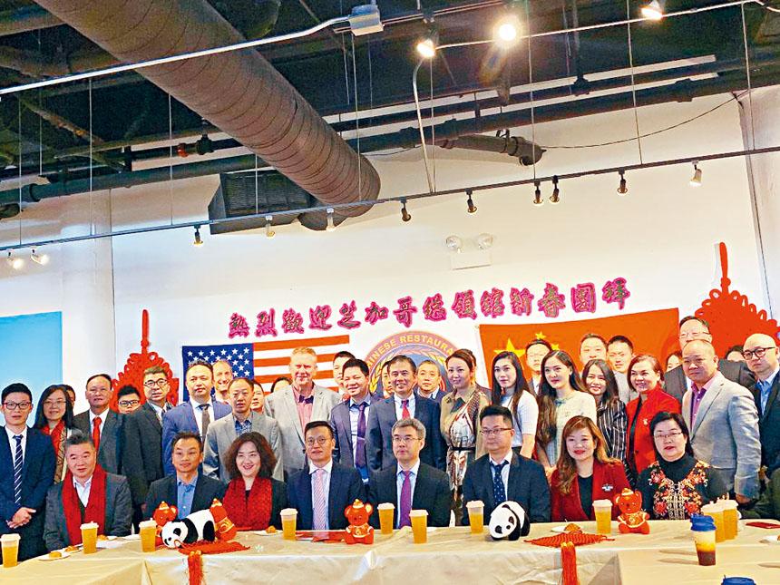 趙建總領事(前右4)、邊志春副總領事(前左3)向美國中餐學會會主席胡曉軍(前左4)及會員們送上鼠年吉祥祝福。梁敏育攝