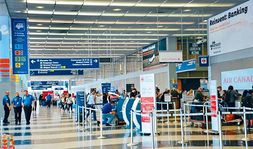 芝加哥奧黑爾國際機場第五候機站,設立對乘客進行健康安檢,以策安全。