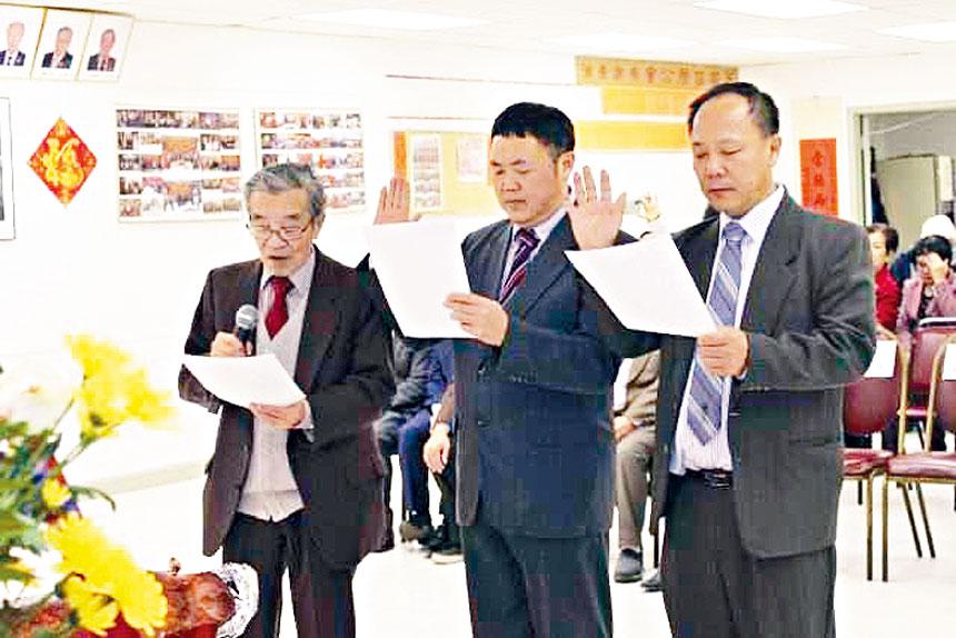 2020年度協勝公會新職員就職典禮,在元老林惠明(左)的監誓下,主席曾賢棟(右)、林偉權(中)宣誓就職。