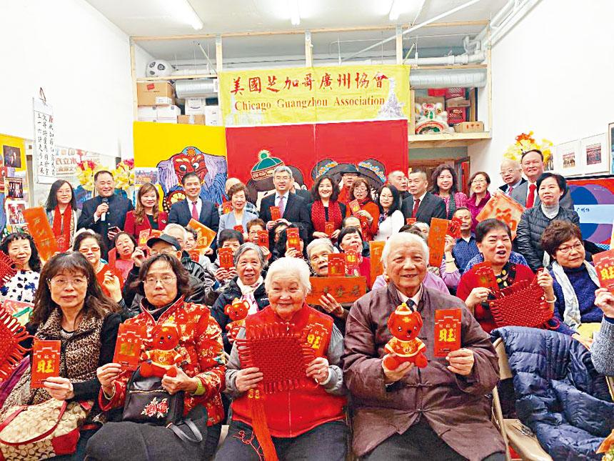 廣州協會同仁歡迎總領館的團拜團隊,長者每人都獲得總領館的吉利紅包、大家都笑逐顏開。梁敏育攝