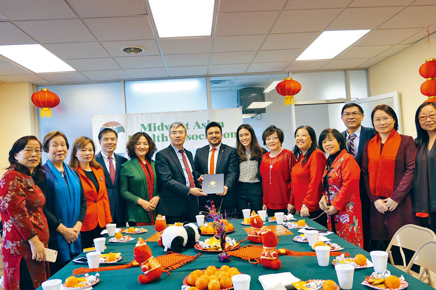25區區長盧漢士(前右5)代表芝加哥市長羅麗萊德福特將中國新年之官方公告贈予趙建總領事(左6),并宣布1月25日為中國新年日。梁敏育攝