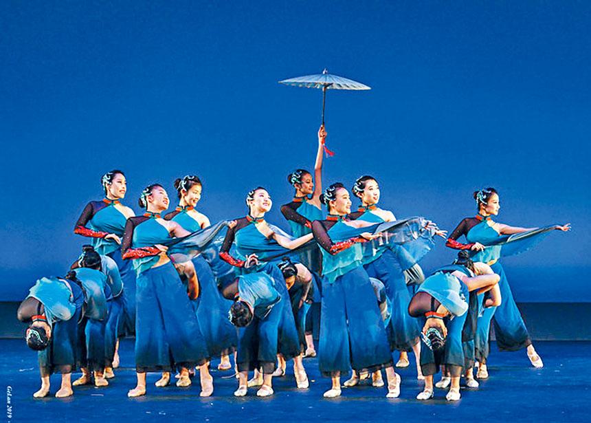 雪娟舞蹈學校表演舞蹈《藍》。
