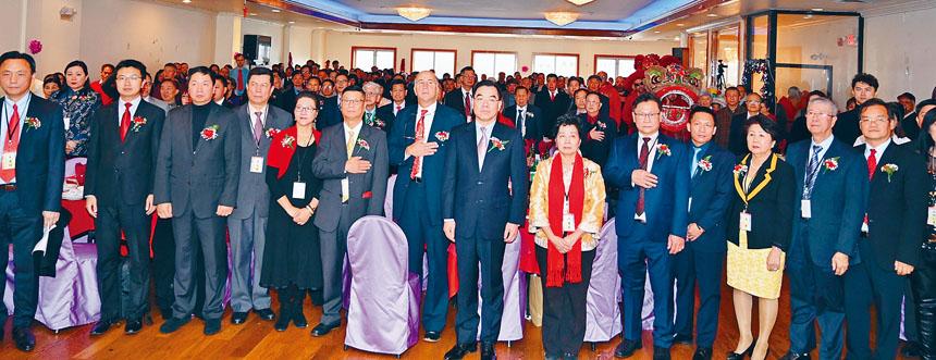 大費城僑學界華人社團聯席會議團拜大會中全體起立奏中美國歌拉開大會序幕。