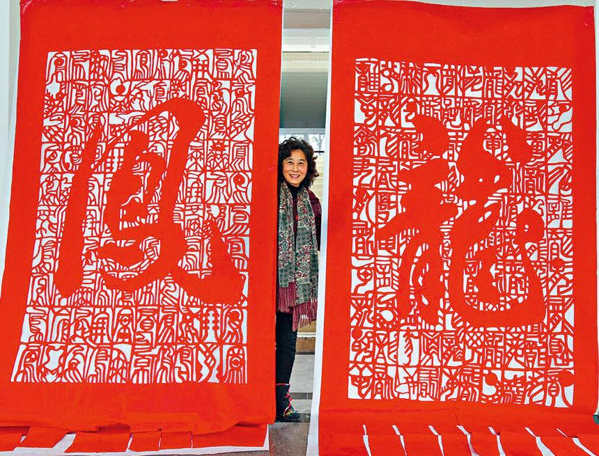 何紅一教授在美京藝廊舉辦剪紙收藏展。