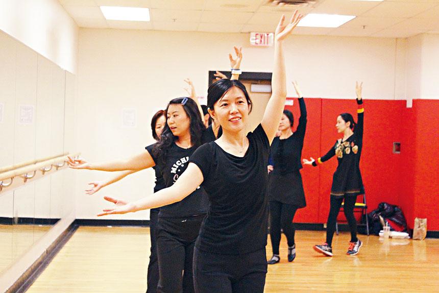 梁紅舞蹈班的學員在排練。