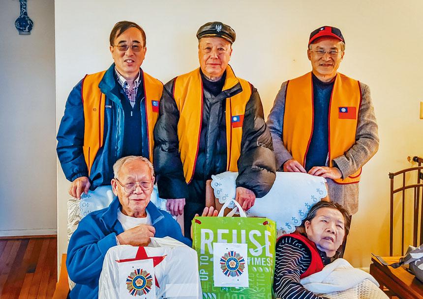 二戰老兵王誨洲夫婦(前坐)體健安康,是榮光會的元老會員。