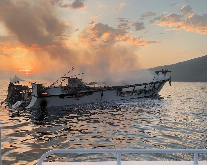 潛水船Conception在黎明時分在聖塔克魯茲島附近的水域中悶燒。文圖拉縣消防局