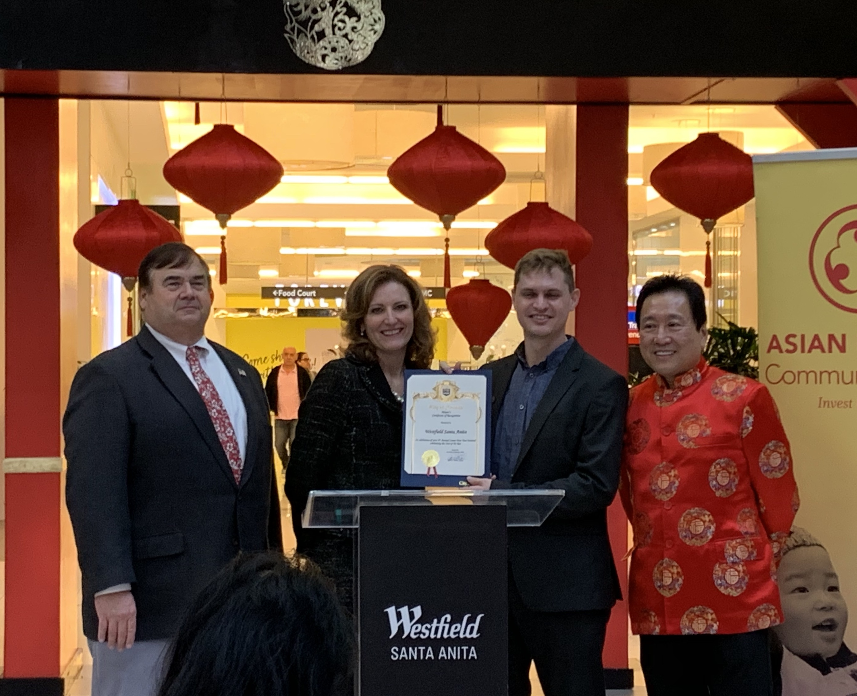 亞市市長April Verlato和市議員Peter Amundson等為鼓勵商場的多元化服務特意在21日為商場送上賀狀。記者華夏美佳攝