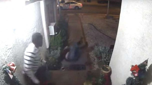 住戶監視器顯示,一名女子遭拳打腳踢翻滾地上。拉斯維加斯大都會警局