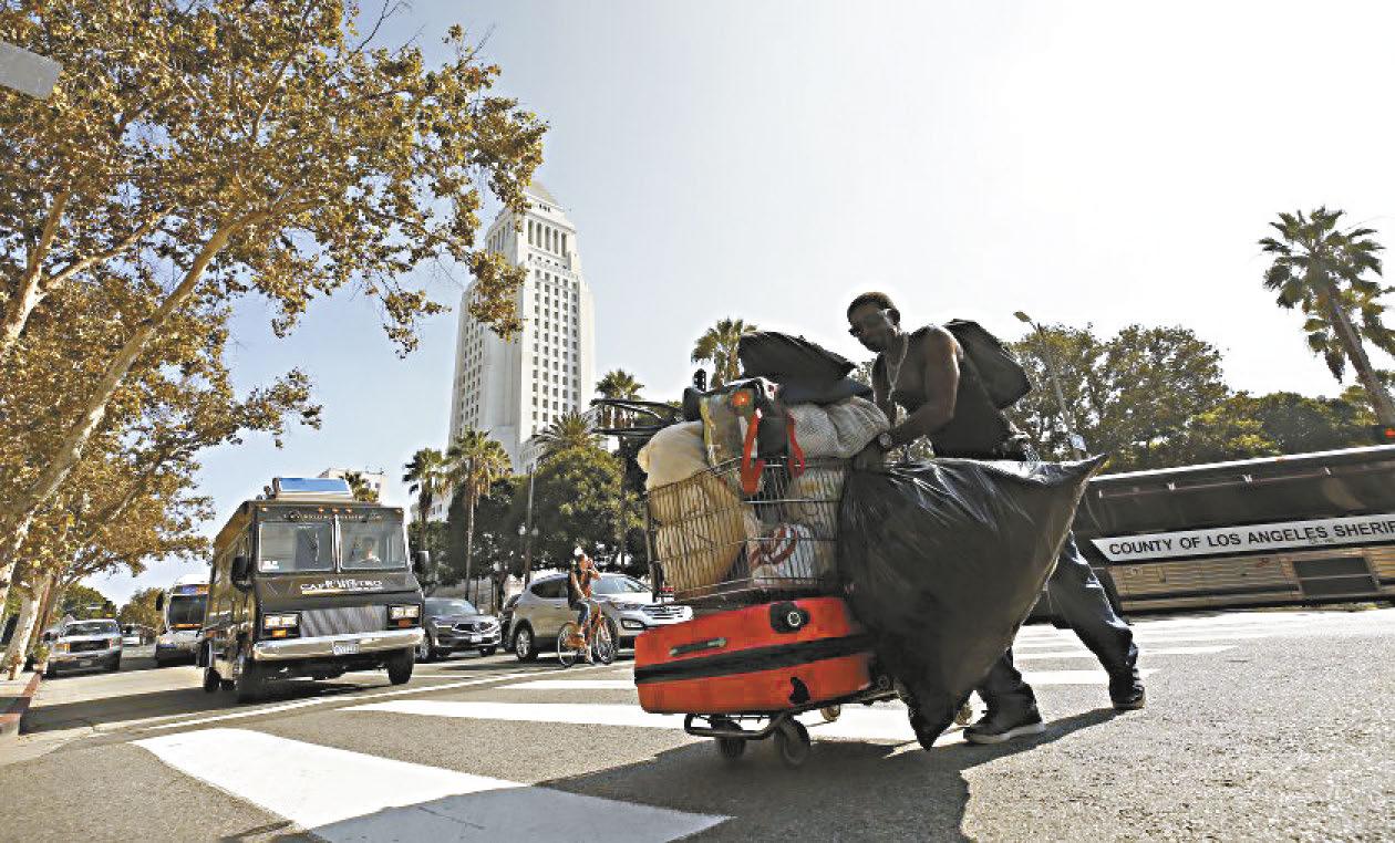 去年10月份清理後,一名男子再度將所有財產移回洛杉磯市區第一街。洛杉磯時報
