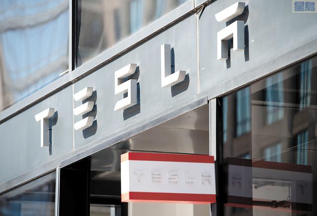 特斯拉市值首次突破1000億美元,成為首家市值超千億美元的美國汽車上市公司。法新社