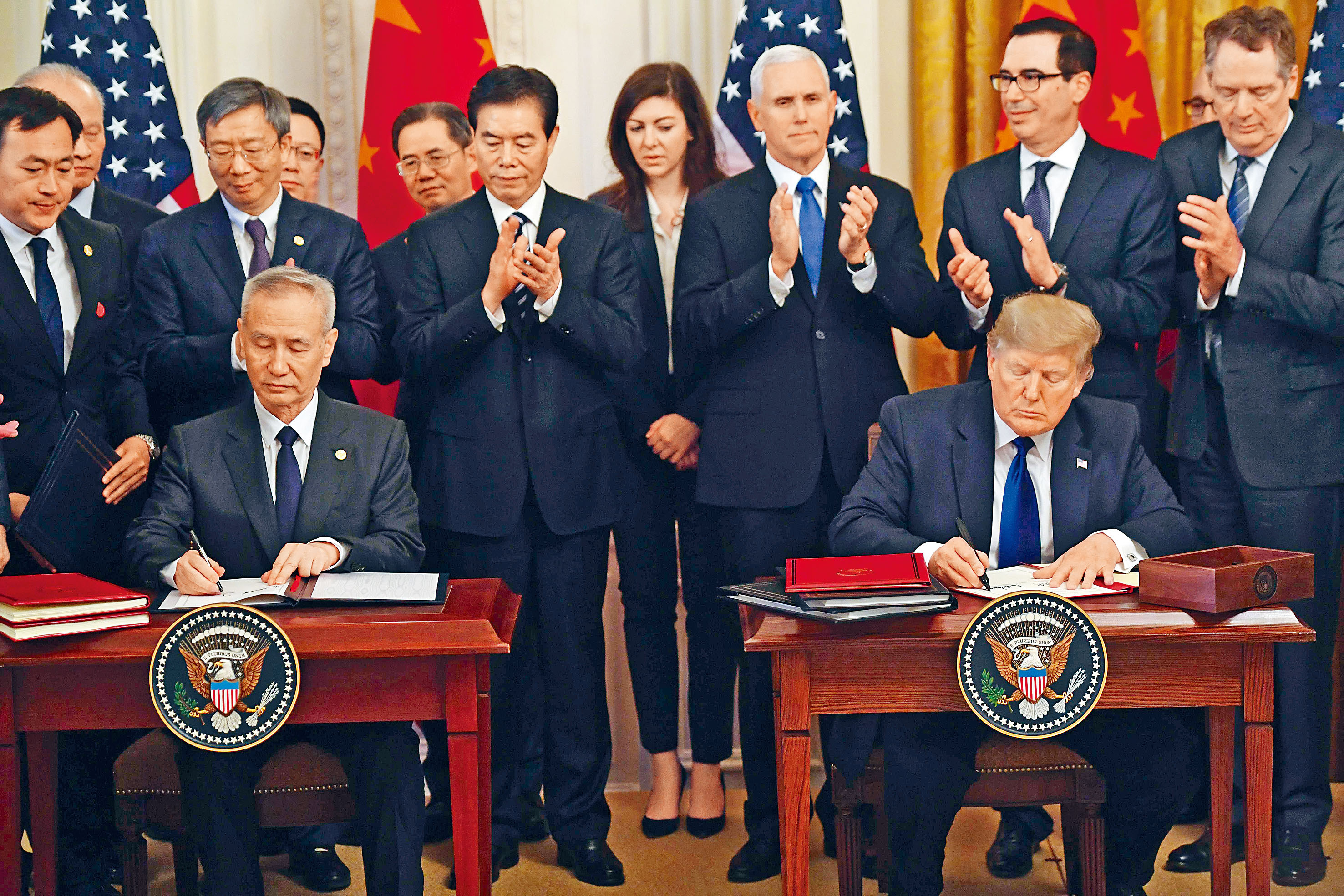 特朗普與劉鶴簽署首階段貿易協議。法新社