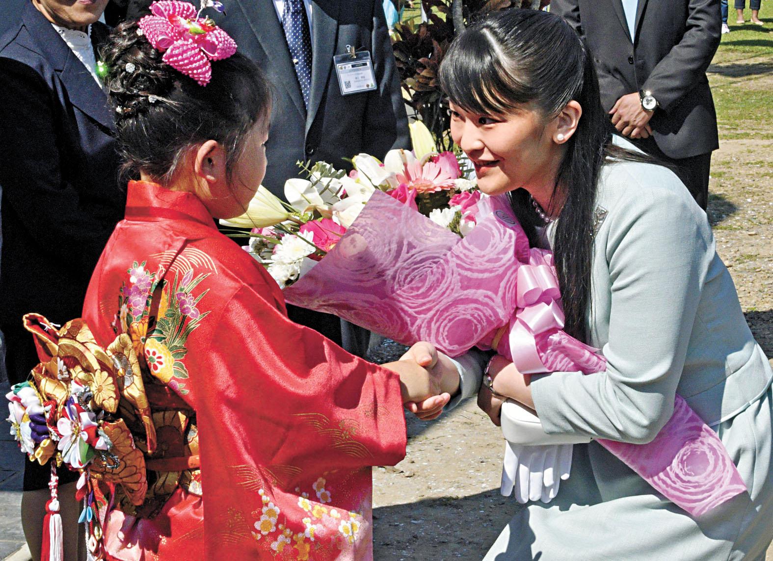 日本的真子公主(右)也被認為可能為追求愛情,淡出日本皇室。圖為她在玻利維亞出席活動。法新社資料圖片