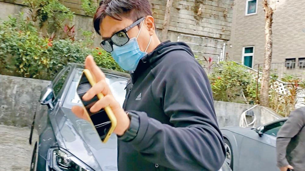 魏駿傑見記者在家門前等候,雖有禮貌地打招呼,但就不欲接受訪問。