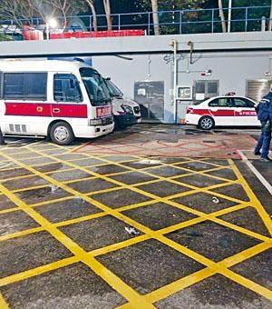 大埔警署被人投擲汽油彈,地上遺下玻璃樽碎片。